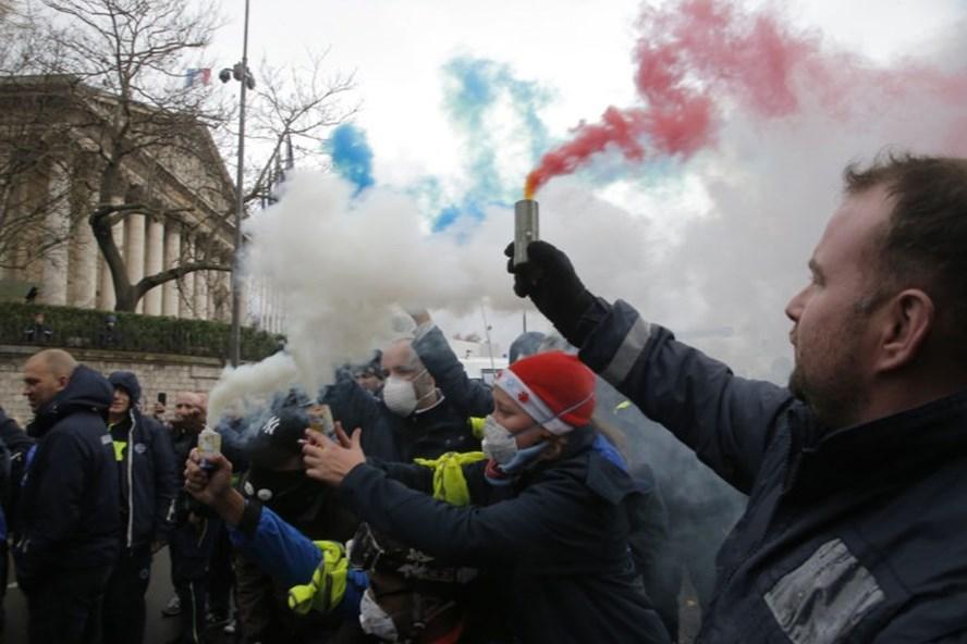 Theo Đại sứ quán Việt Nam tại Pháp, cho đến nay chưa ghi nhận trường hợp công dân Việt Nam nào bị ảnh hưởng. Ảnh: AP.