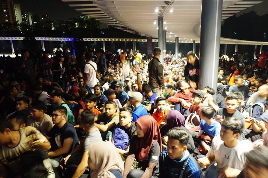 Hàng vạn CĐV đã phải xếp hàng suốt đêm để có thể sở hữu tấm vé xem trận chung kết trên sân Bukit Jalil. Ảnh: Đình Viên