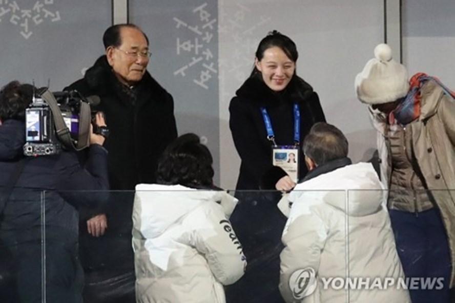 Tổng thống Hàn Quốc Moon Jae-in bắt tay em gái lãnh đạo Triều Tiên. Ảnh: Yonhap.