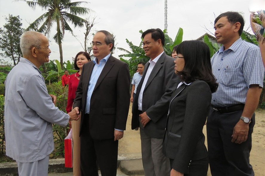 Đồng chí Nguyễn Thiện Nhân và đoàn công tác đến thăm chúc tết gia đình hộ nghèo ở huyện Tây Hòa (Phú Yên). Ảnh: T.Thảo
