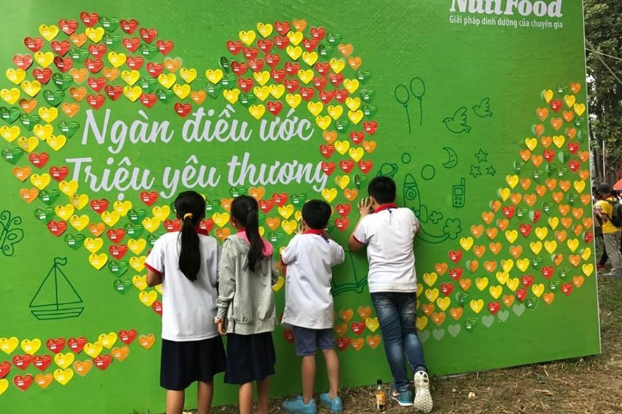 Các em viết điều ước và dán lên bức tường