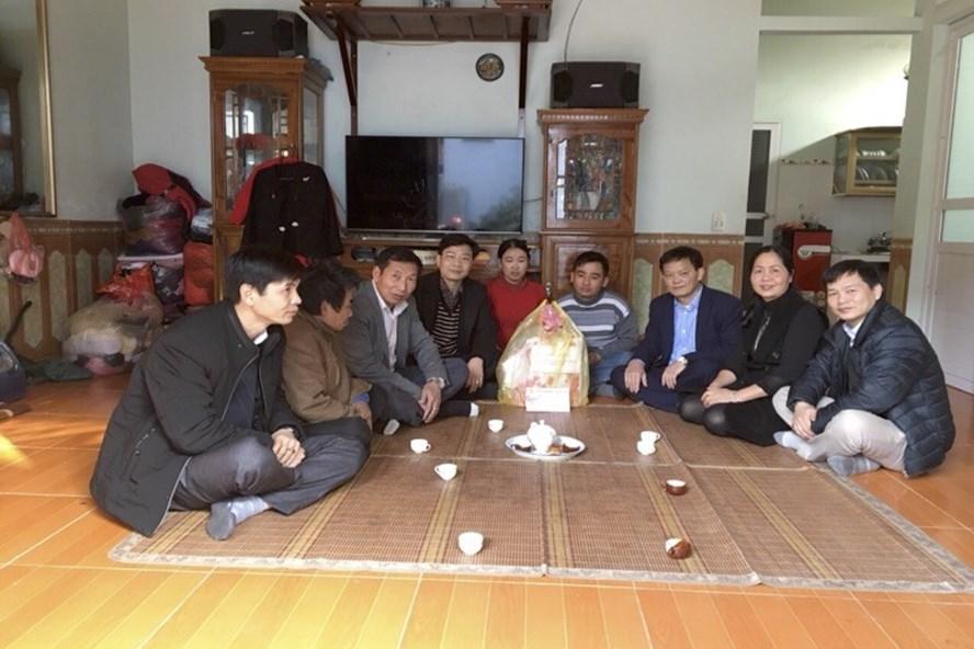 Nhân dịp Tết Nguyên Đán Mậu Tuất, CĐ Cty Apatit VN đến gia đình CNLĐ khó khăn trao quà Tết, động viên NLĐ.
