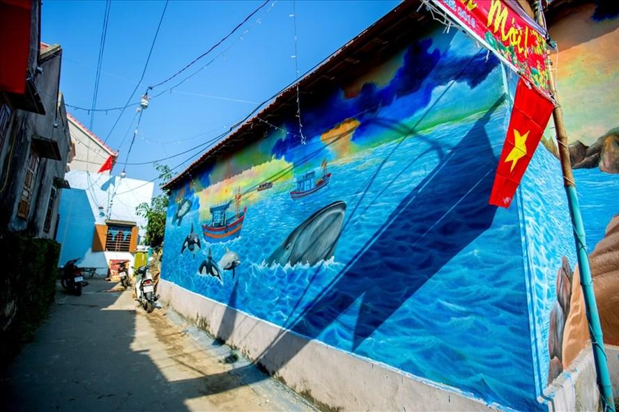 Những bích họa độc đáo tại làng biển Cảnh Dương.