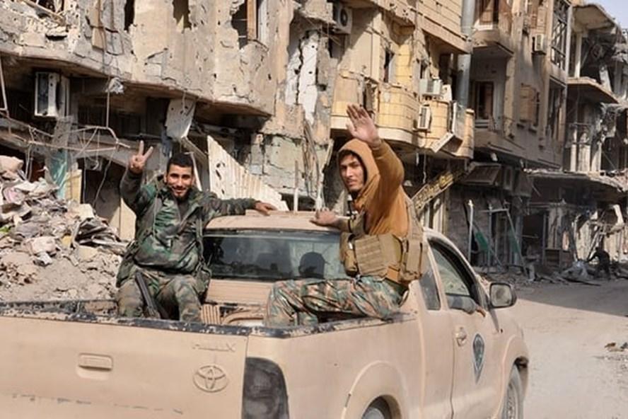 Vụ nổ kho vũ khí xảy ra tại tỉnh Deir Ezzor. Ảnh: AFP/Getty.
