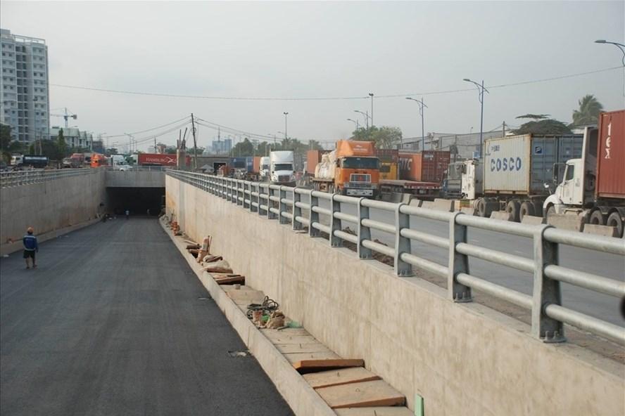 Hầm chui Mỹ Thủy (thuộc dự án nút giao Mỹ Thủy)  vừa được thông xe giúp giảm kẹt xe vào cảng Cát Lái.  Ảnh: M.Q
