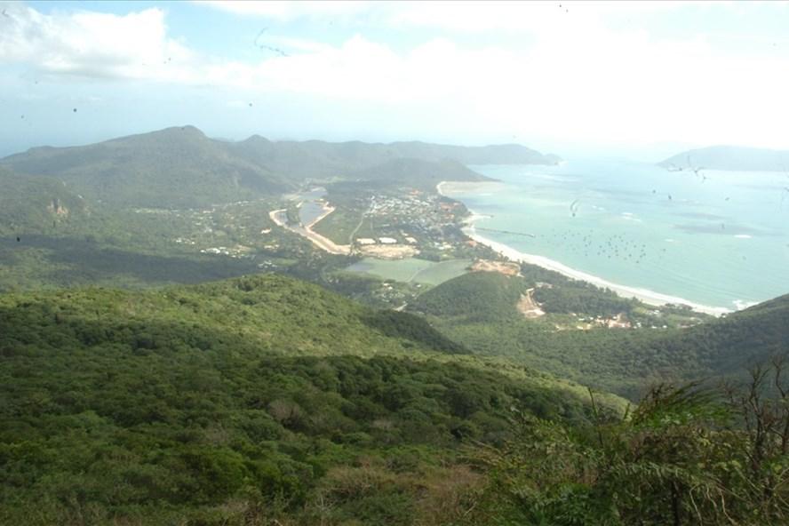 Côn Đảo nhìn từ đỉnh núi cao nhất cao 596m so với mực nước biển.