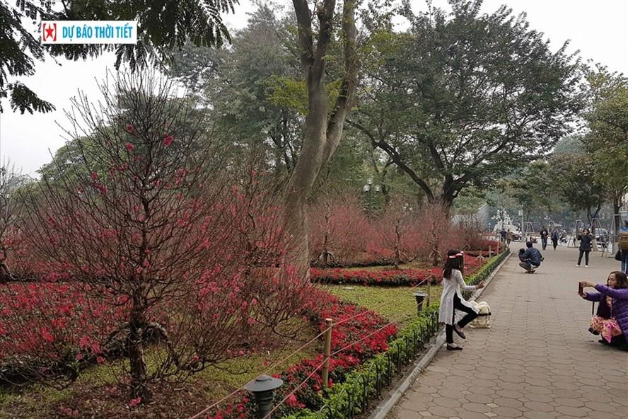 Do ảnh hưởng của không khí lạnh, nhiệt độ thấp nhất đêm và sáng tại Hà Nội từ 13 - 16 độ C. Ảnh: Kh.V