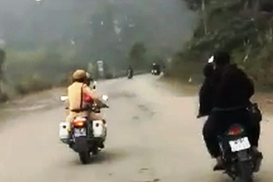 CSGT truy đuổi cặp đôi không đội mũ bảo hiểm, không chấp hành hiệu lệnh dừng xe. Ảnh cắt từ clip