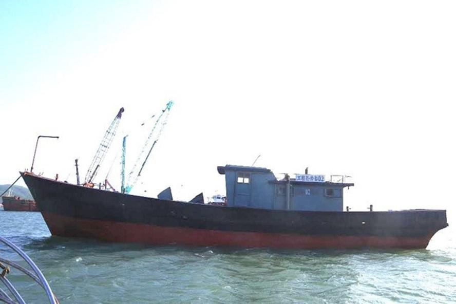 Con tàu có dòng chữ Trung Quốc trôi dạt trên biển. Ảnh: Ngọc Bình