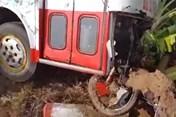 Tai nạn giao thông nóng nhất 24h: Xe buýt nổ bánh cuốn 3 xe máy vào gầm, một người tử vong