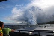 Cột khói bốc cao nghi ngút khi nham thạch phun trào từ núi lửa Kilauea tràn ra biển