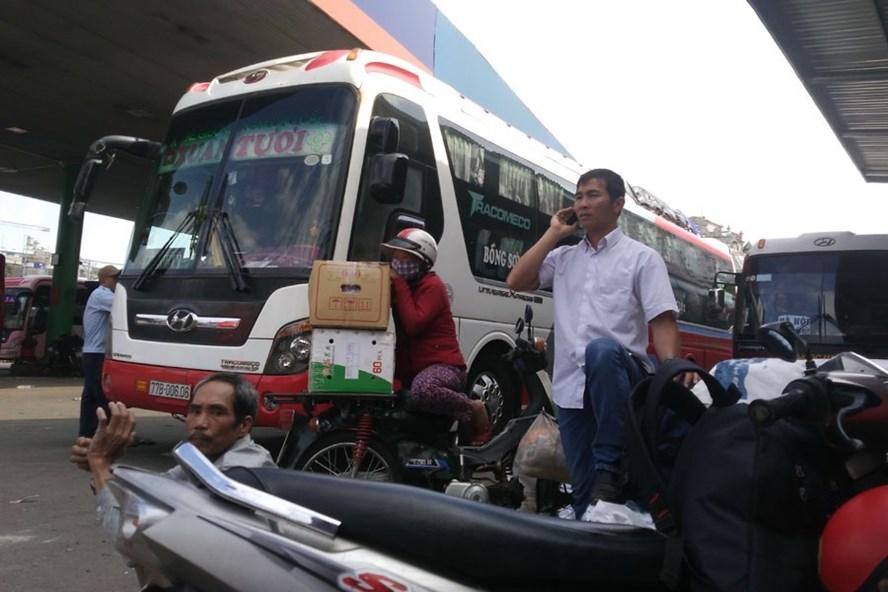 Xe dù đậu tại cây xăng Tam Bình trên QL1A (quận Thủ Đức, TPHCM) để đón khách. Ảnh: MINH QUÂN