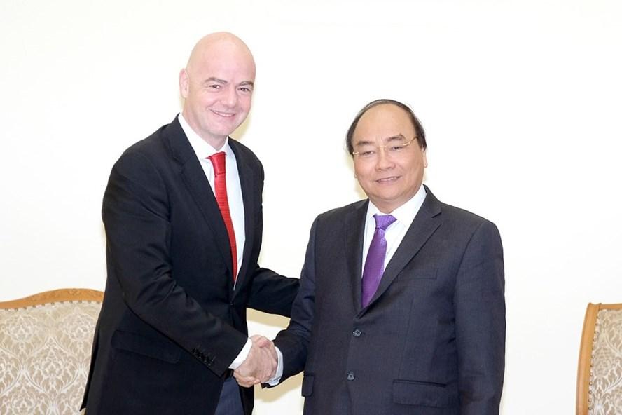 Thủ tướng Nguyễn Xuân Phúc và Chủ tịch FIFA Gianni Infantino. Ảnh: H.A