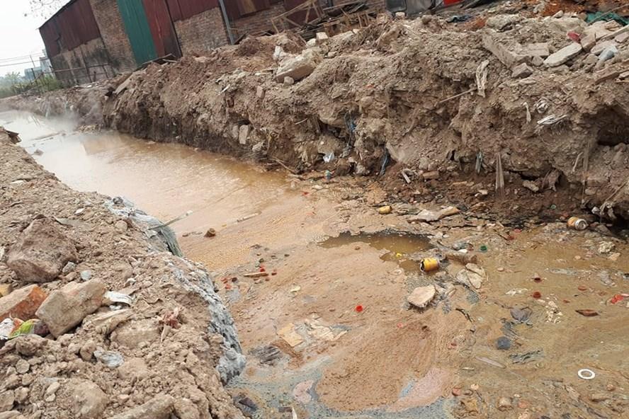Rãnh nước vàng khè, sùi bọt, nổi lềnh chai nước ngọt sau một số cơ sở sản xuất tại xã Dương Liễu (Hoài Đức).