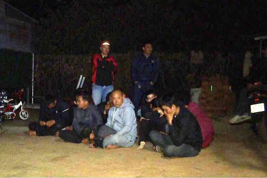 15 đối tượng bị bắt giữ khi đang xóc đĩa ăn tiền.
