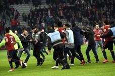 CĐV tràn xuống sân tẩn cầu thủ vì thi đấu tệ hại