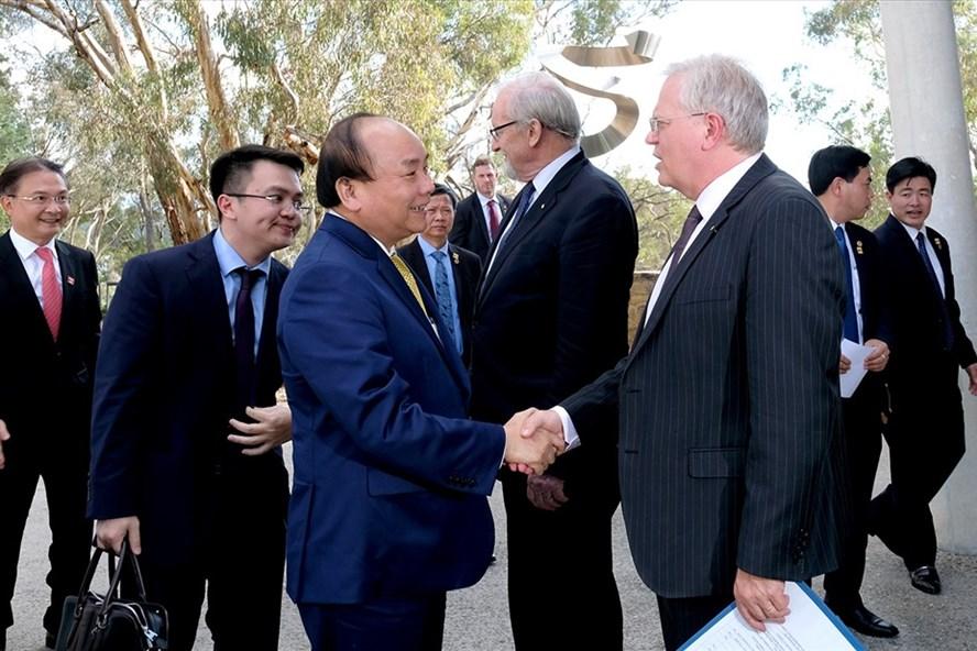 Thủ tướng Nguyễn Xuân Phúc và lãnh đạo Đại học Quốc gia Australia. Ảnh: VGP