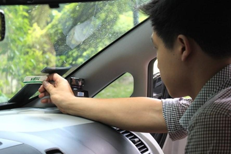 Thẻ thu phí không dừng của VETC được dán trên kính xe và trừ tiền vào tài khoản thẻ của chủ xe khi qua trạm thu phí (ảnh: Vnexpess.net).