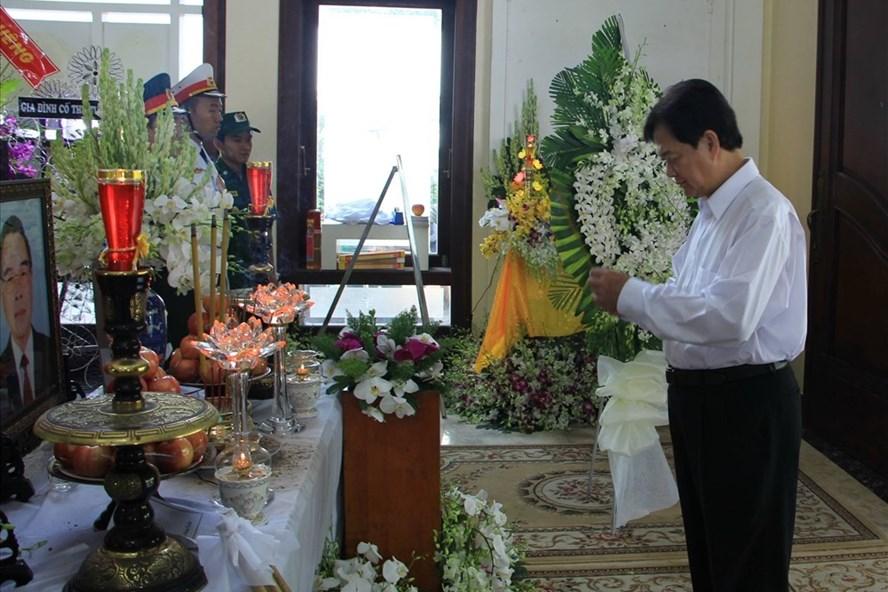 Nguyên Thủ tướng Nguyễn Tấn Dũng thắp nhang viếng cố Thủ tướng Phan Văn Khải.  Ảnh: G.A