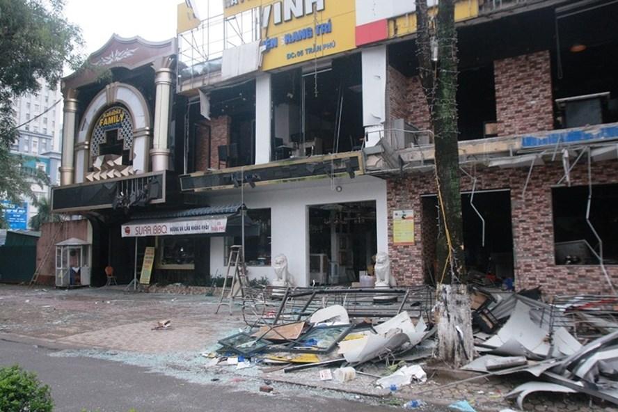 Tòa nhà 2 tầng, 5 gian bị xé toang sau tiếng nổ lớn. ảnh:HQ