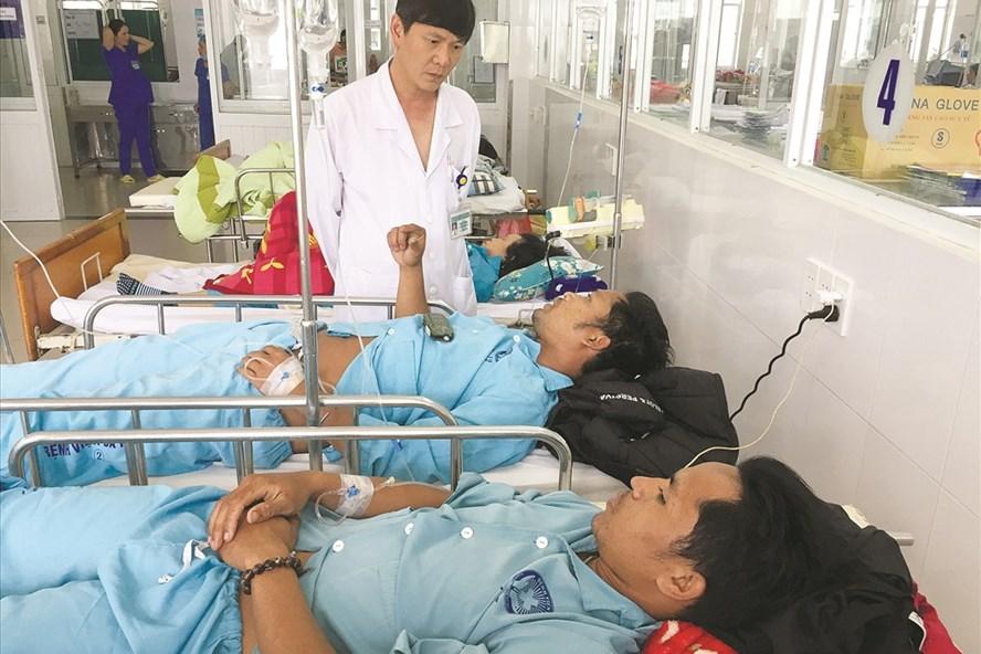 Bác sĩ cấp cứu cho các bệnh nhân nghi bị ngộ độc do uống rượu tại tỉnh Quảng Nam. Ảnh: Lam Phương