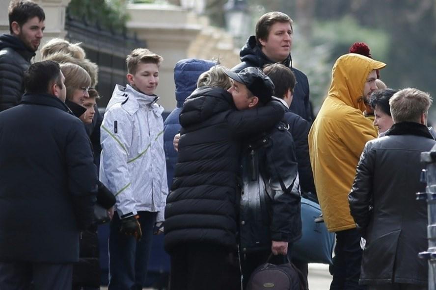 Các nhà ngoại giao Nga tạm biệt trước khi rời Đại sứ quán Nga ở London. Ảnh: AFP.