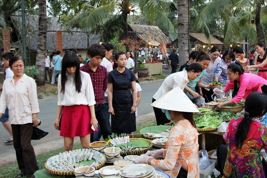 Chợ quê với nhiều món ăn ngon ở Văn Thánh.