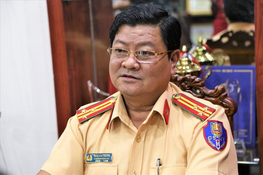 Thượng tá Trần Văn Thương thông tin về sự việc tranh cãi về bằng lái xe quốc tế. Ảnh: T.S