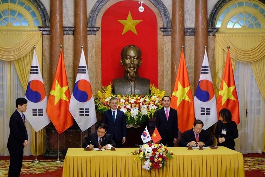 Chủ tịch Nước Trần Đại Quang và Tổng thống Moon Jae-in chứng kiến lễ ký kết văn kiện. Ảnh: Sơn Tùng.