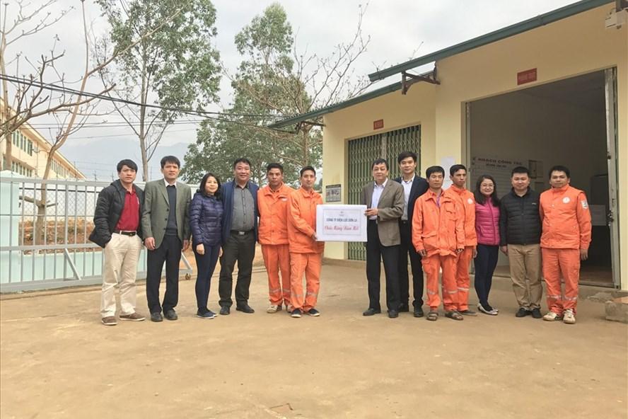 Ông Trần Nguyên Thắng, Phó Chủ tịch Công đoàn EVNNPC thăm hỏi công nhân tổ trực Mường Lầm, Điện lực Sông Mã (Công ty Điện lực Sơn La). Ảnh: Tố Vân