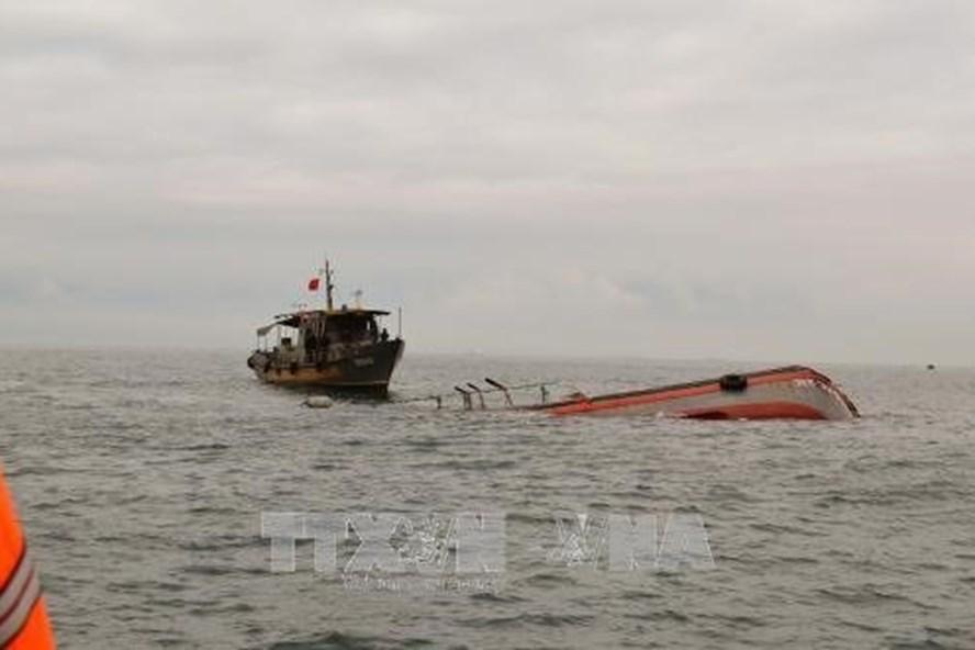 Lực lượng tìm kiếm, cứu hộ tàu cá bị chìm tại Gành Hào, Bạc Liêu (ảnh TTXVN)