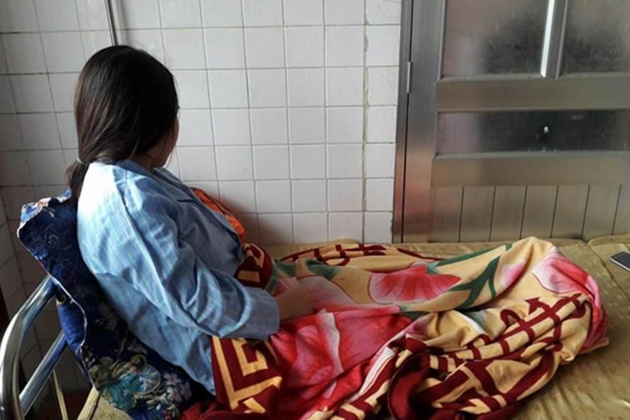 Nữ giáo sinh P.T.H  đang điều trị tại Trung tâm chăm sóc sức khỏe sinh sản tỉnh Nghệ An. Ảnh: Nguyễn Hải.