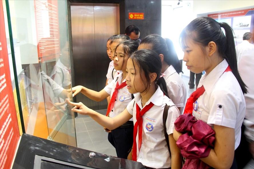 Đông đảo học sinh Đà Nẵng hào hứng tham gian Nhà Trưng bày. Ảnh: N.TRI