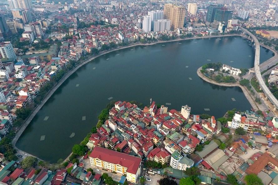 Ở ven hồ Hoàng Cầu, phường Ô Chợ Dừa, quận Đống Đa, Hà Nội  có con phố nhỏ dài gần một cây số tên là phố Mai Anh Tuấn (ảnh: Tiến Tuấn)