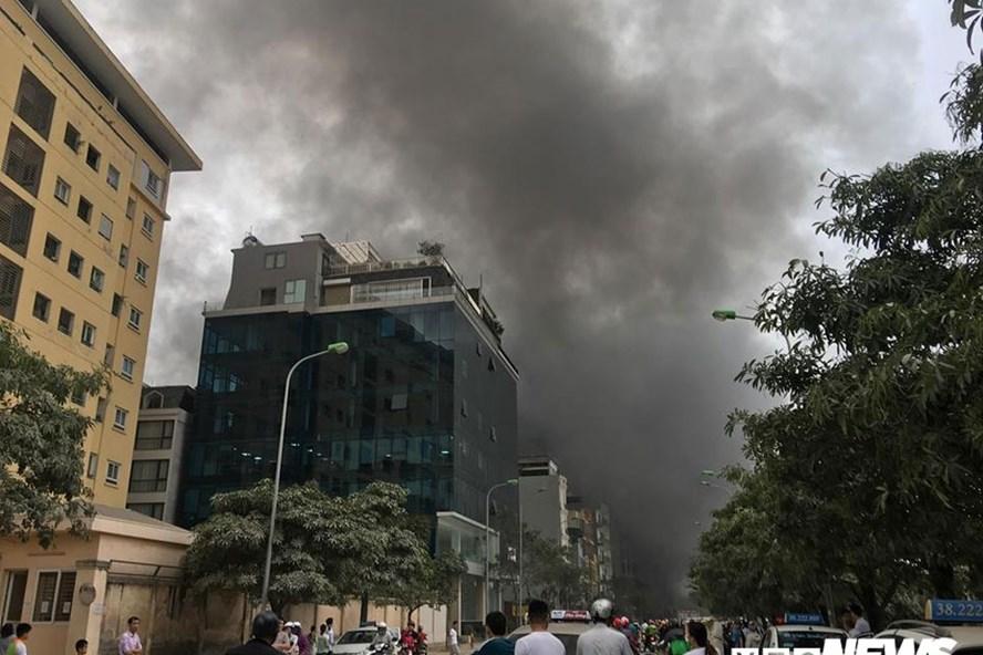 Đám cháy chợ Quang nhìn từ xa.