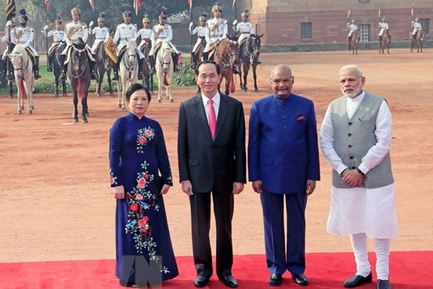Chủ tịch Nước Trần Đại Quang và Phu nhân với Tổng thống Ấn Độ Ram Nath Kovind và Thủ tướng Narendra Modi tại lễ đón. Ảnh: TTXVN.