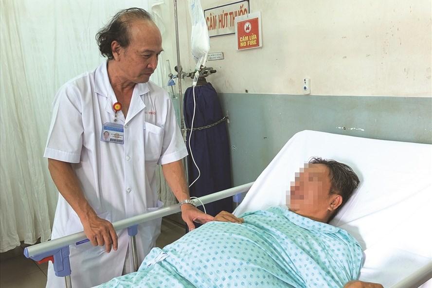 Bác sĩ Lê Hữu Phước thăm khám cho bệnh nhân bị viêm cơ tụy cấp.