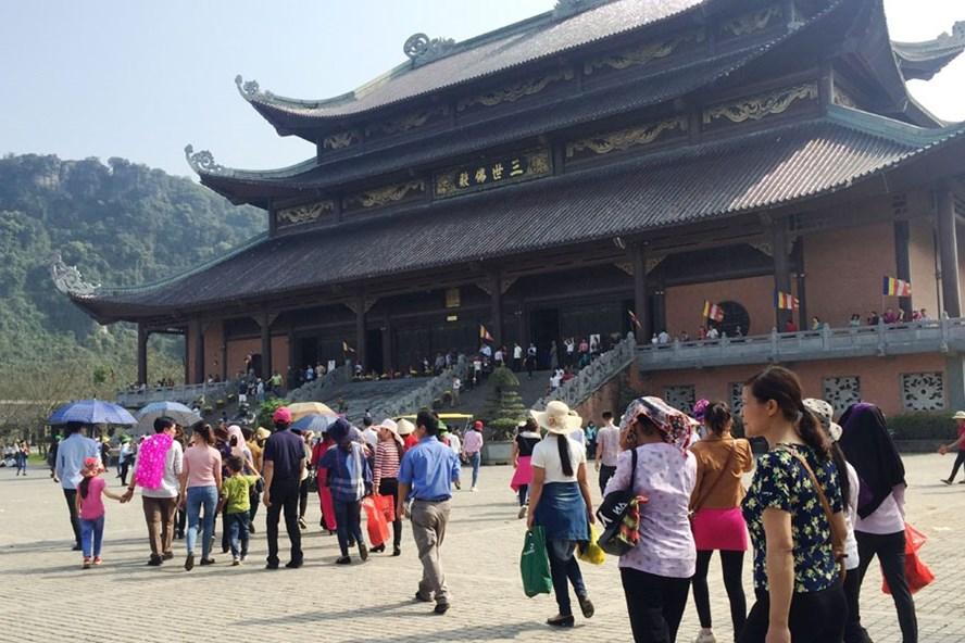 Du khách tới chùa Bái Đính.