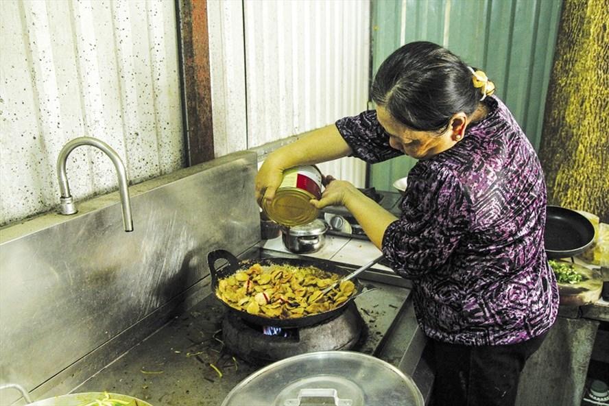 Cô Phan Trúc Ly nấu cơm miễn phí cho các cư dân Carina.