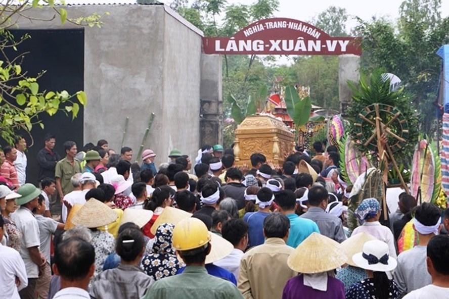 Hàng nghìn người dân xã Hoằng Thanh đến tiễn đưa 3 nạn nhân xấu số. (Ảnh: HT)