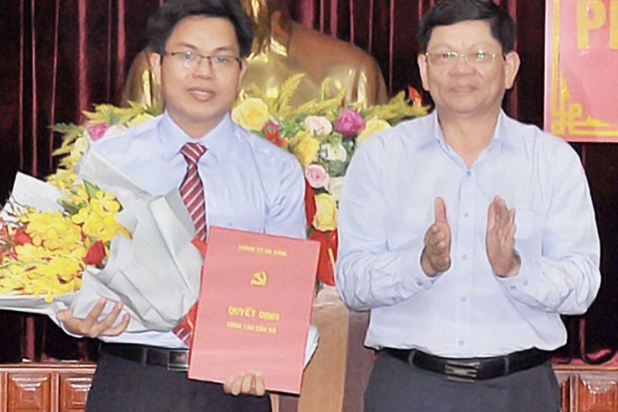 Ông Nguyễn Đức Hoàng (bên trái) giữ chức vụ Phó Chánh Văn phòng Thành ủy Đà Nẵng.