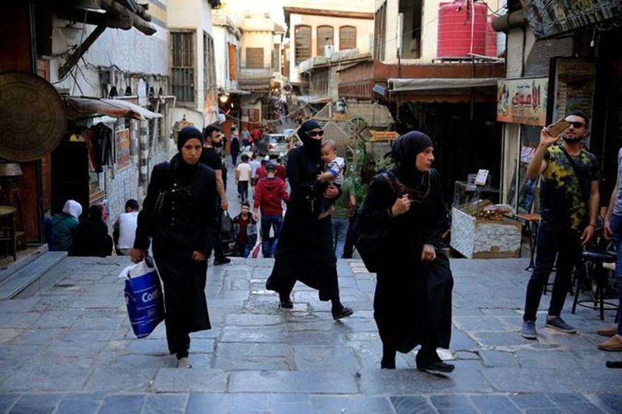 Người dân ở Damascus ngày 15.4, một ngày sau cuộc không kích của liên quân. Ảnh: AP