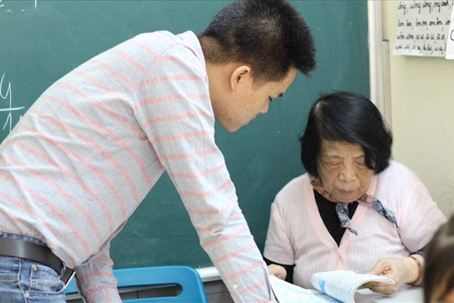 """Cô Côi giảng bài cho những học sinh """"đặc biệt"""". Ảnh: Ngọc Hải"""