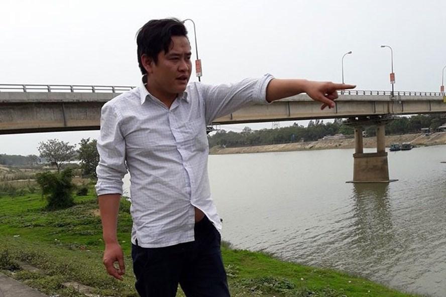 Anh Lê Xuân Huân kể lại sự việc tại hiện trường. Ảnh: T.L