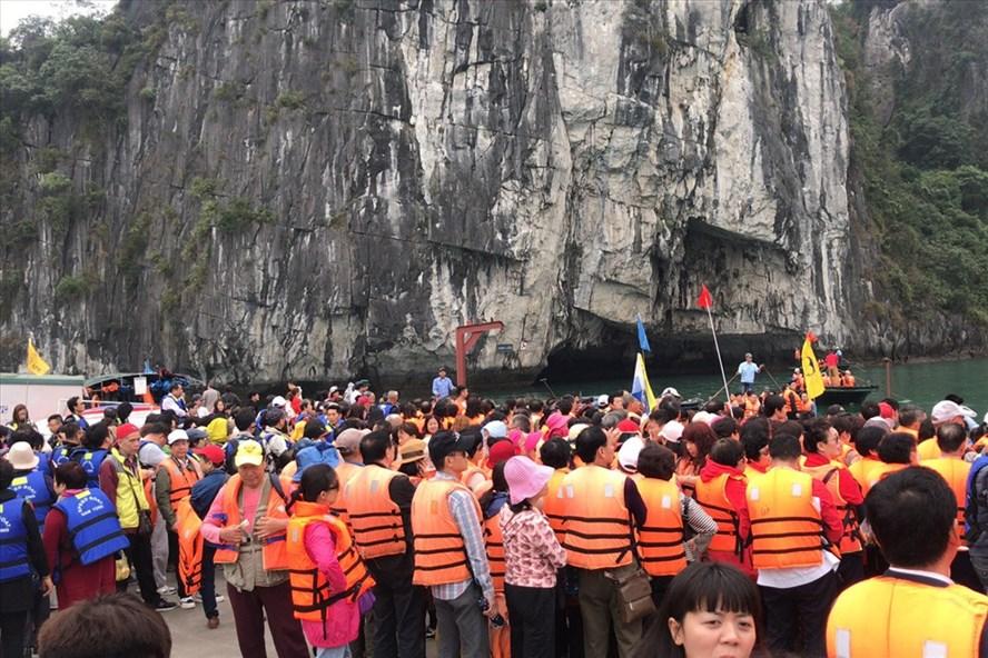 Khách Trung Quốc thăm hang Luồn trên vịnh Hạ Long. Ảnh: N.HÙNG