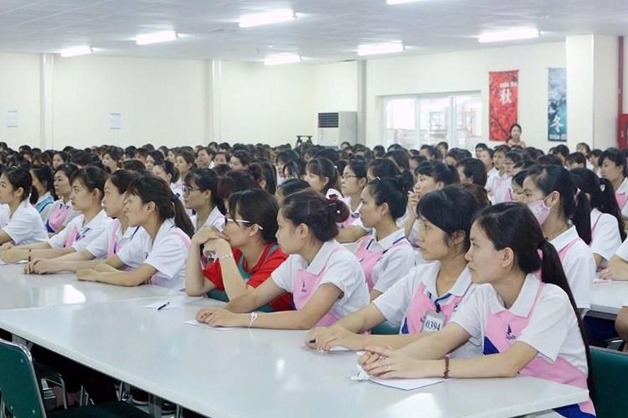 Công nhân nghe chuyên gia tư vấn về BHXH, BHYT, BHTN. Ảnh: Quang Huy