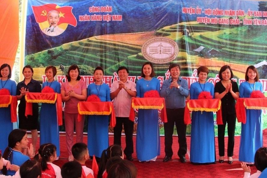 Đại diện CĐ Ngân hàng VN và lãnh đạo huyện Mù Cang Chải cắt băng khánh thành và gắn biển công trình Trường mầm non Hoa Lan. Ảnh: N.H