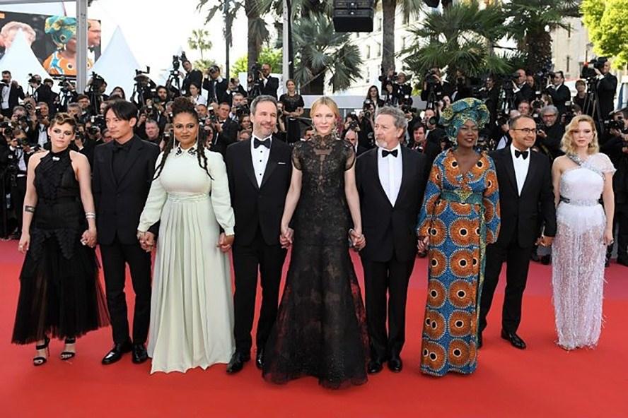 Cate Blanchett mặc bộ váy cũ (đứng giữa hai nam giam khảo mặc vest) chụp ảnh cùng hội đồng giám khảo Cannes 2018.