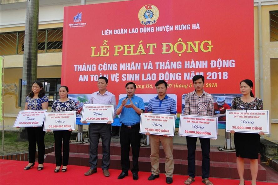Phó Chủ tịch LĐLĐ tỉnh Thái Bình trao nhà Mái ấm CĐ cho các đoàn viên khó khăn về nhà ở tại huyện Hưng Hà.