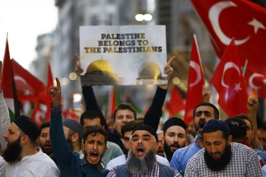 Người dân biểu tình tại thủ đô Istanbul, Thổ Nhĩ Kỳ phản đối hành động dời Đại sứ quán của Mỹ từ Tel Aviv tới Jerusalem ngày 14.5.2018. Ảnh: AP